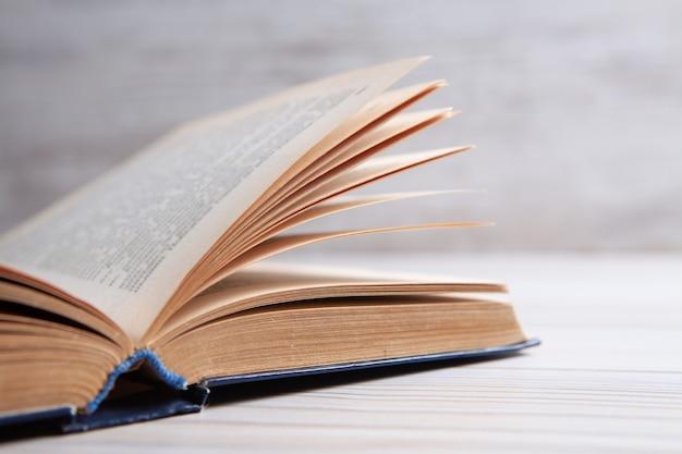 Open boek op tafel.