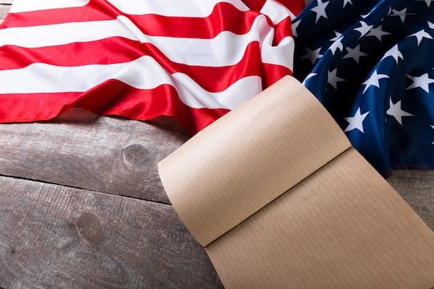 Open boek over amerikaanse vlag