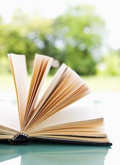 Open boek over een lichte natuur