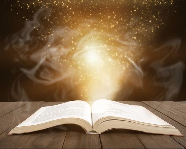 Open boek over houten tafel, onderwijs en leerconcept