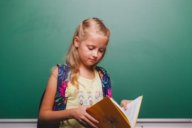 Open boek van leerling meisje