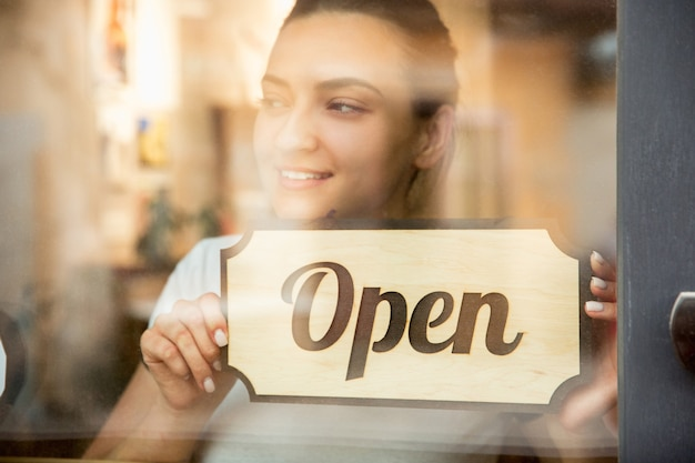 Open bord op het glas met weerspiegeling van straatcafé of restaurant. coronavirus pandemie nieuwe veiligheidsregels. opening na quarantainetijd. herstel van kleine bedrijven na isolatie. detailopname.