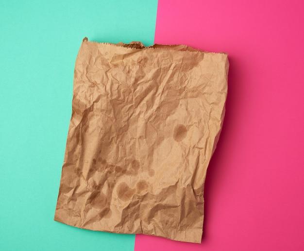 Open bruine papieren zak voor voedselverpakkingen met vettige vlekken