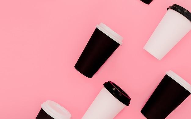 Open compositie koffie om kopjes te gaan.
