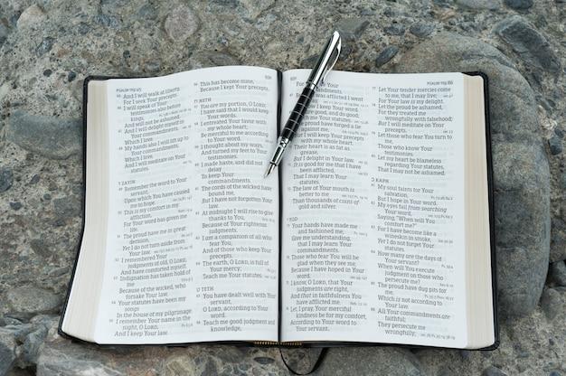 Open de bijbel in psalm 119 met een vulpen.