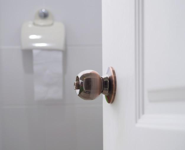Open de deur witte toiletruimte.