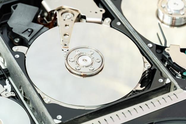 Open de harde schijf van dichtbij. hdd-reparatie, informatieherstelservice.