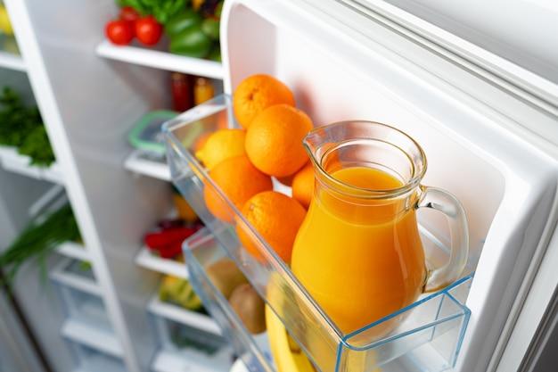 Open de koelkast vol met fruit, groenten en drankjes