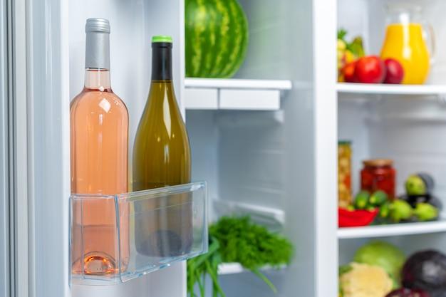 Open de koelkast vol met vers eten en drinken van dichtbij