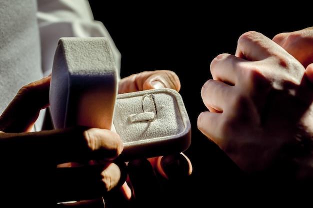 Open de ringbox om haar te vragen te trouwen !!