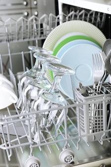Open de vaatwasser met schoon keukengerei erin