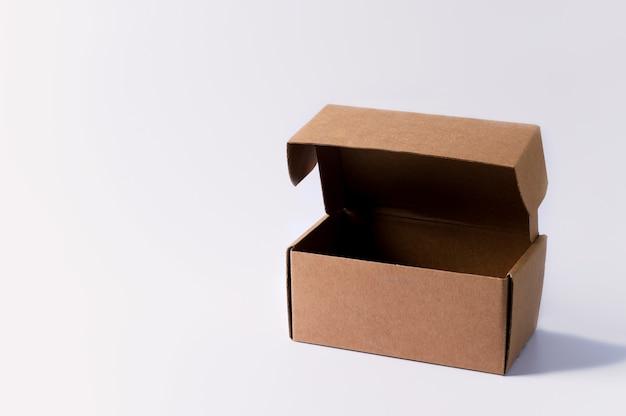 Open doos leeg van binnen van bruin karton op een lichte achtergrond doos voor verpakking en levering van goederen kopieerruimte