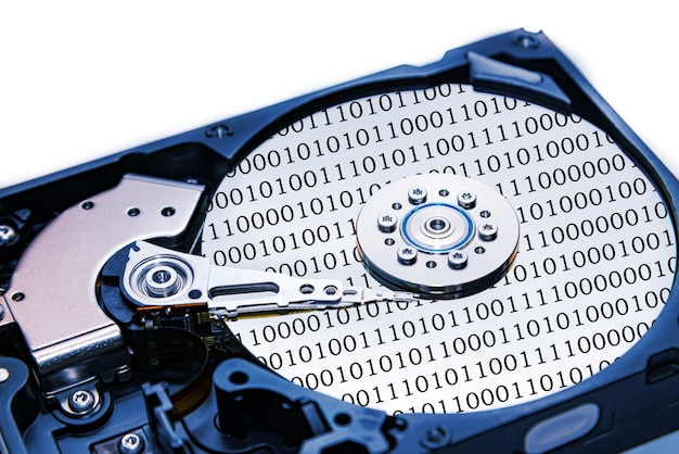 Open draaiende harde schijf close-up met een leeskop met binaire getalreflecties met