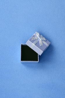 Open een kleine geschenkdoos in blauw met een kleine strik