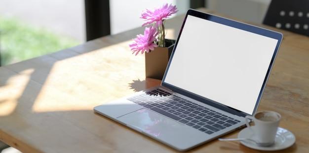 Open een laptop met leeg scherm in een comfortabele werkruimte naast de ramen