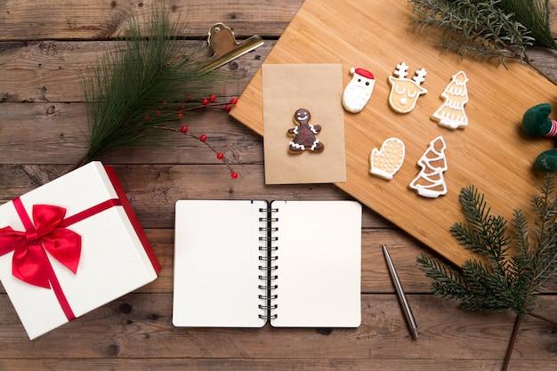 Open en leeg notitieboekje met peperkoekkoekjes en giftdoos