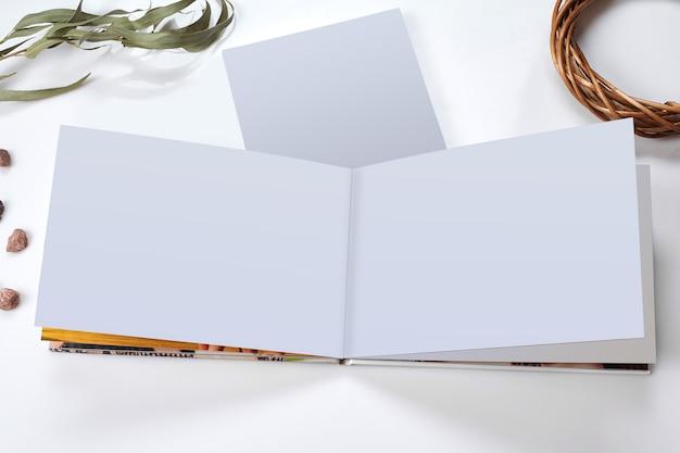 Open fotoboek met harde kaft en blanco pagina's