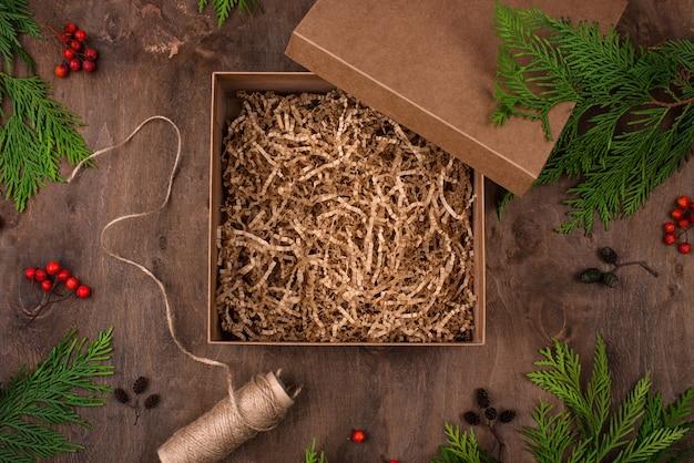 Open geschenkdoos met versnipperd papier. milieuvriendelijk verzorgingspakket zonder afval, zonder plastic