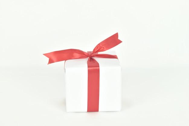 Open geschenkdoos op witte ruimte aanwezig voor verjaardag valentijn dag kerstmis nieuwjaar concept