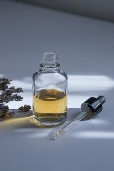 Open glazen druppelflesje met huidverzorgingscosmetica
