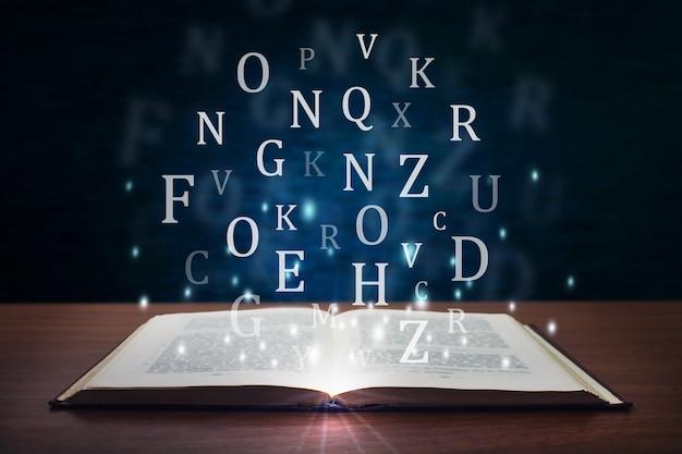 Open gloeiend boek met letters.