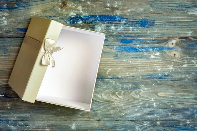 Open grijze geschenkdoos