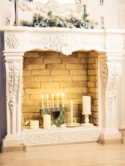 Open haard ingericht voor kerstmis. nieuwjaarsvakantie