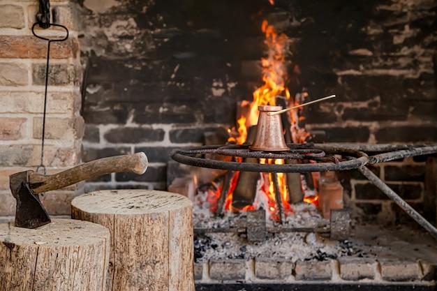 Open haard met een brandend vuur, comfort en sfeer.
