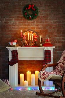 Open haard met mooie kerstversiering in comfortabele woonkamer
