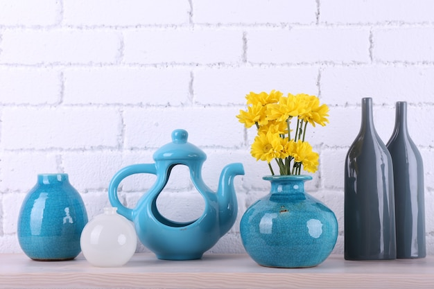 Open haard met prachtige blauwe decoraties bakstenen muurruimte