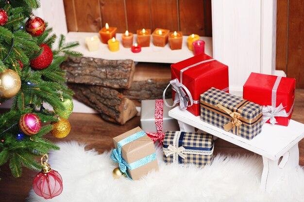 Open haard met prachtige kerstversieringen en geschenken op de kamer