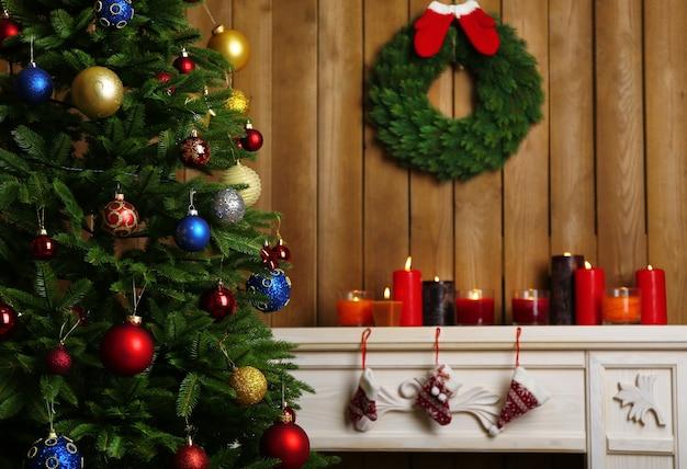 Open haard met prachtige kerstversieringen in de kamer