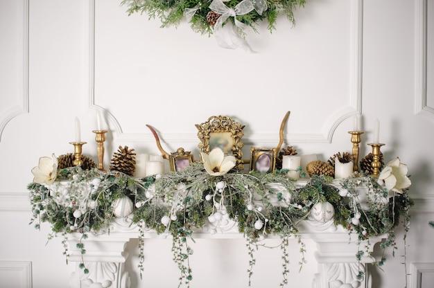 Open haard versierd met kerstversiering