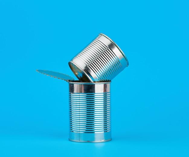 Open hard ijzeren blik voor het bewaren van voedsel op een blauw