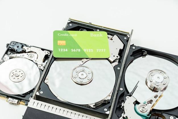 Open harde schijf met creditcard. kostenconcept voor informatie, gegevensopslaginfrastructuur