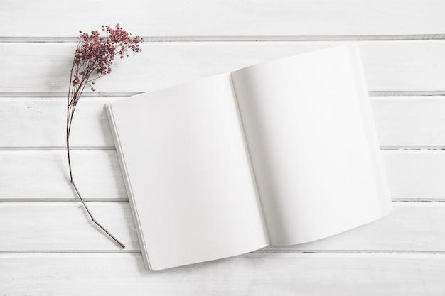 Open het boekje naast de bloem