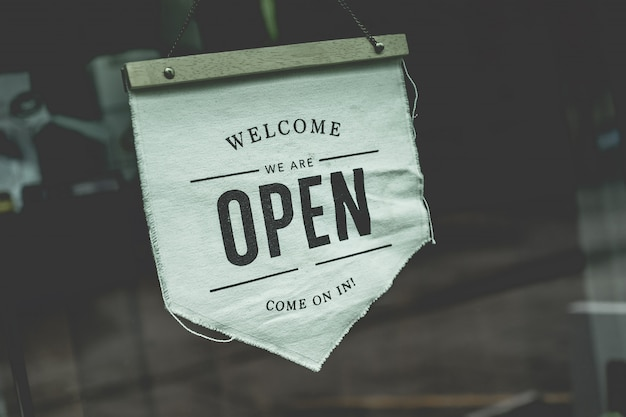 Open het bord in een zakelijke coffeeshop die klaar is voor gebruik na een gesloten covid-19-situatie