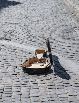 Open kast van de cello op de oude kasseien