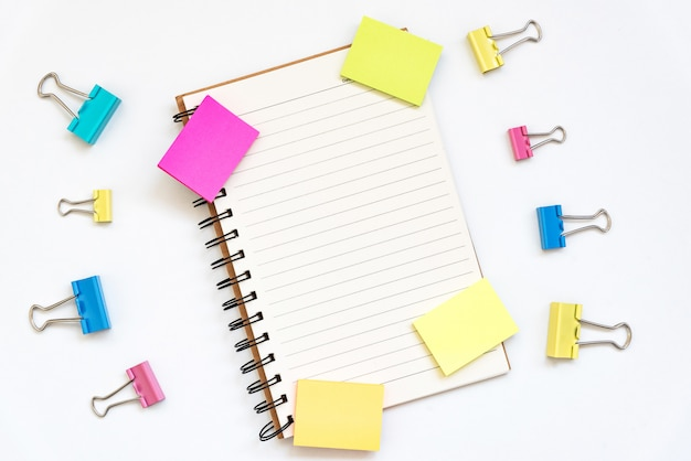 Open kladblok, lege veelkleurige papierblokken voor notities op wit.