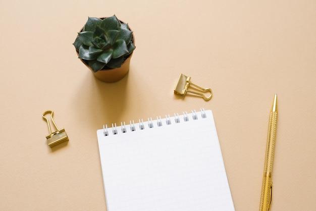 Open kladblok met een blanco vel papier, balpen,
