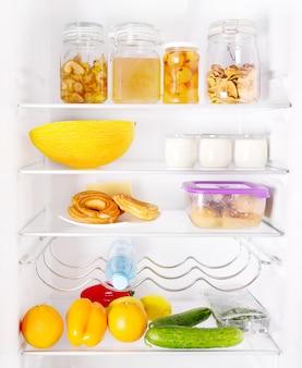 Open koelkast met diverse producten