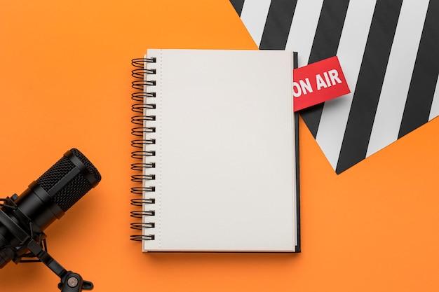 Open kopie ruimte notebook en mic bovenaanzicht