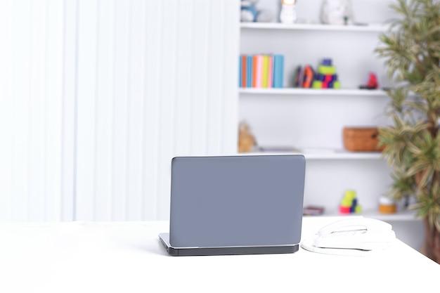 Open laptop op de tafel in een kantoor.