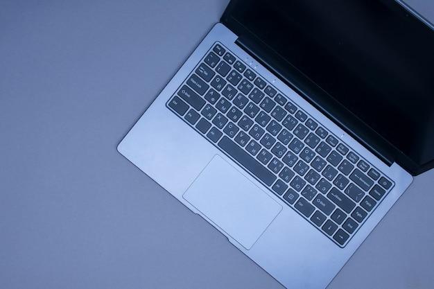 Open laptop op een zwarte close-up als achtergrond.