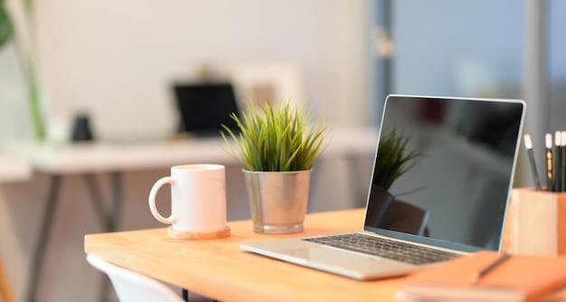Open laptopcomputer op houten tafel