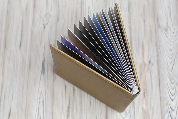 Open lederen familie fotoboek op een houten achtergrond