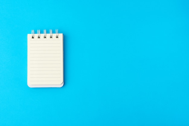 Open leeg notitieboekje in lijn op een blauwe achtergrond