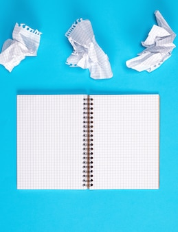 Open leeg notitieboekje met witte bladen