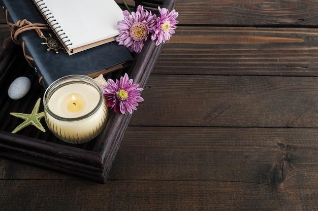 Open lege laptop, verlichte kaars en bloem