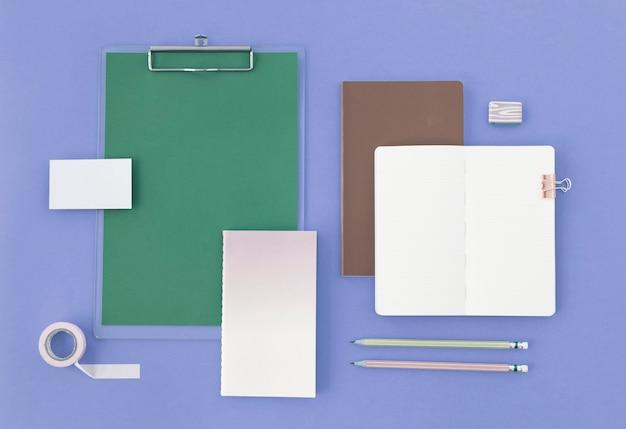 Open lege notitieblok en briefpapier op paarse achtergrond